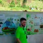Biólogo explicando sobre compostagem no Instituto Casológica